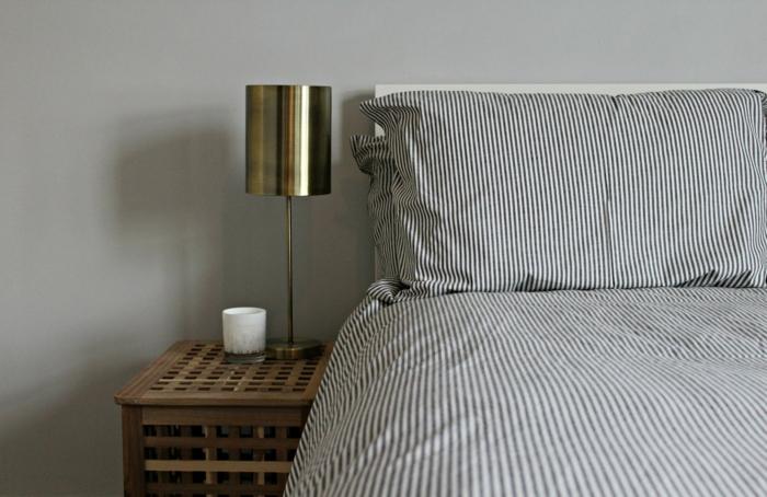 wohnideen-schlafzimmer-hellgraue-wände-streifenmuster-bettwäsche-cooler-beistelltisch