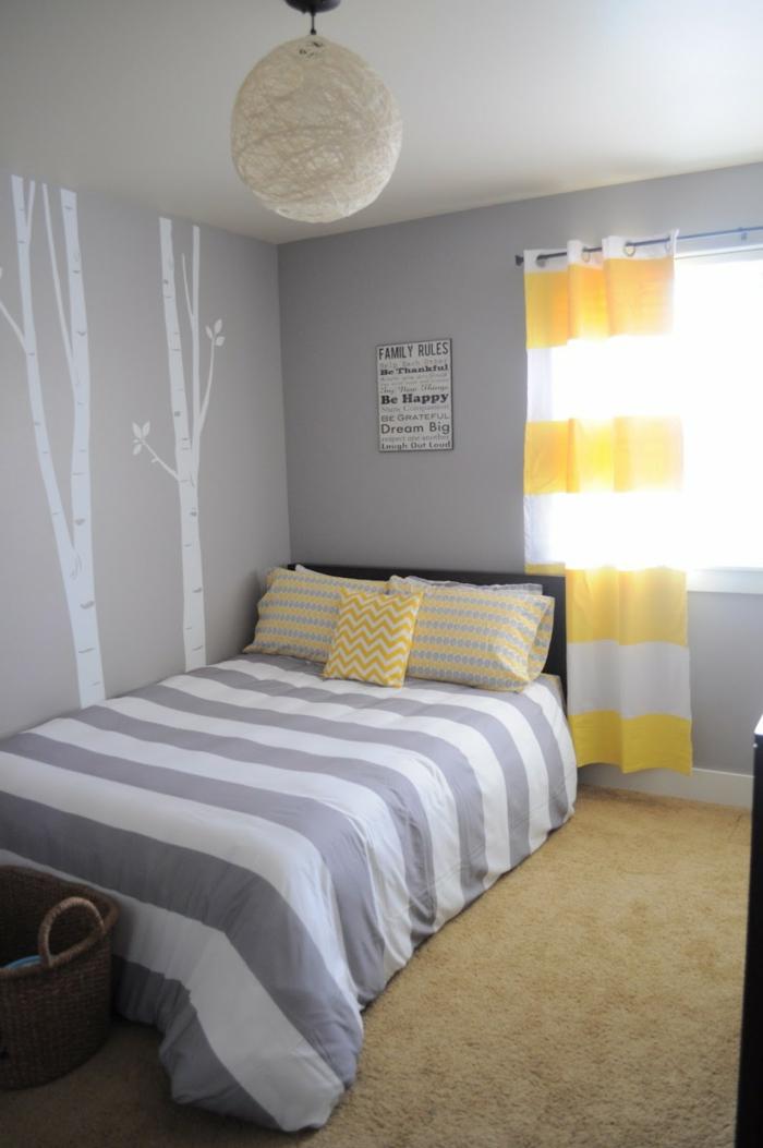 wohnideen schlafzimmer hellgraue wände streifenmuster wanddeko gelbe akzente