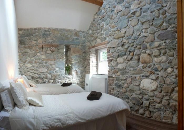 wohnideen schlafzimmer steine weiße bettwäsche holzelemente