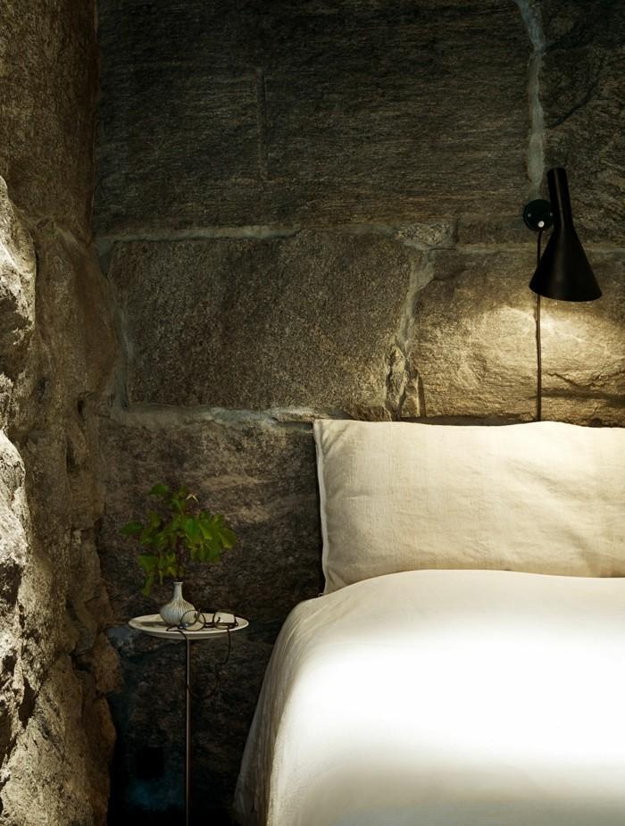 wohnideen schlafzimmer steinwand weiße bettwäsche landhausstil