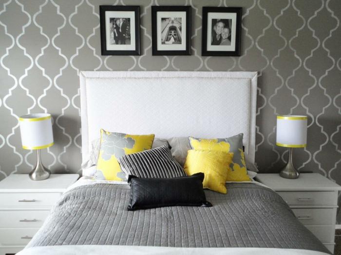 wohnideen schlafzimmer tapete muster grau gelbe elemente weißes bettkopfteil