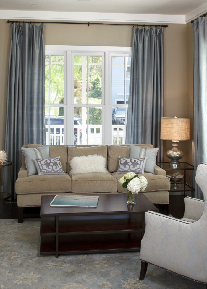 Wohnideen Wohnzimmer Beige Wände Blickdichte Gardinen Weißer Sessel