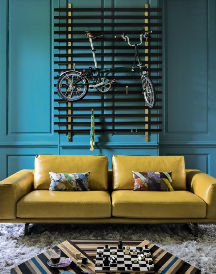 wohnideen wohnzimmer blaue wände gelbes sofa cooler couchtisch