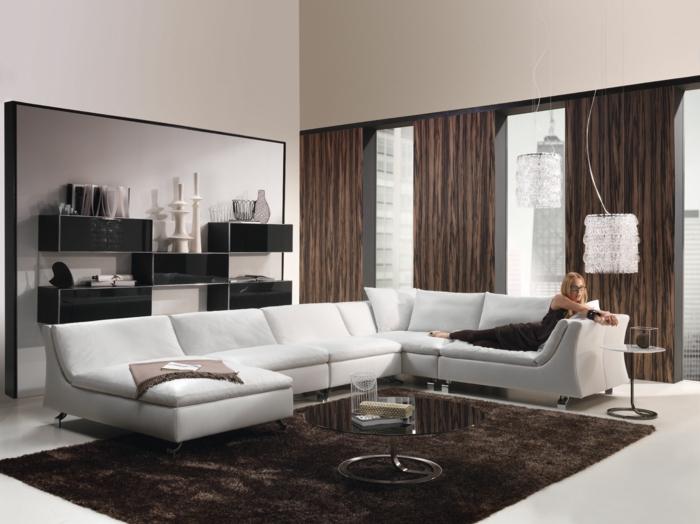 wohnideen wohnzimmer brauner teppich weißes sofa runder cuchtisch