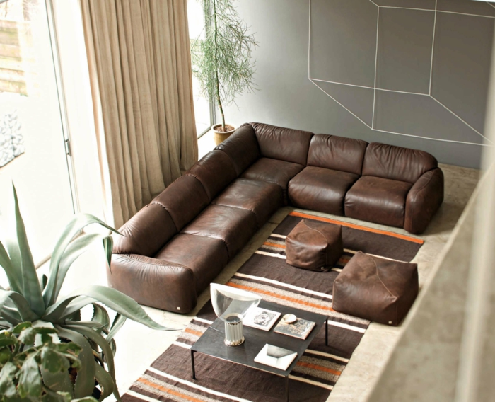 Wohnideen Wohnzimmer Braunes Sofa Teppichläufer Streifen Braunnuancen