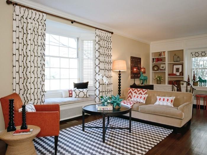 wohnideen wohnzimmer cooler teppich schöne gardinen oranger sessel