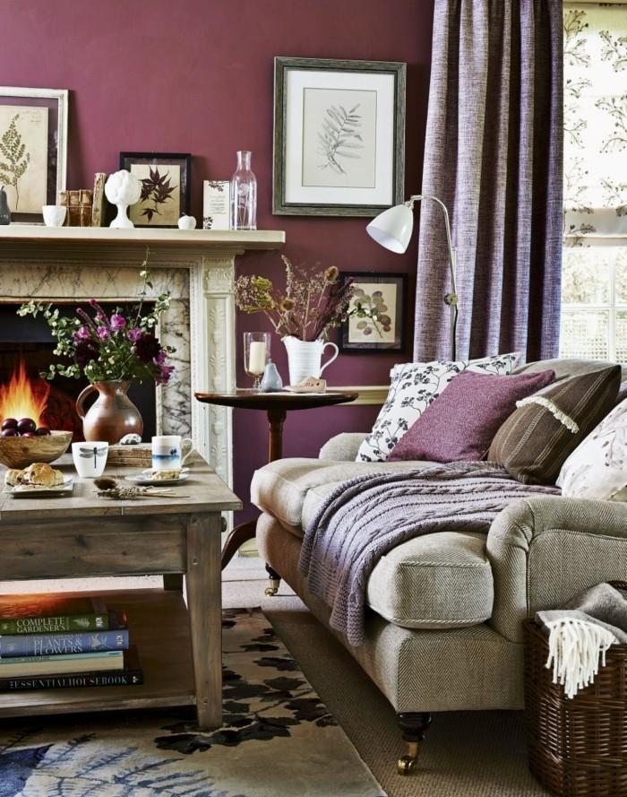 wohnideen wohnzimmer lila wände helle möbel kamin