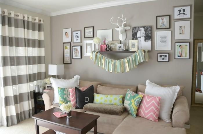 wohnideen wohnzimmer graue wände und farbige dekokissen