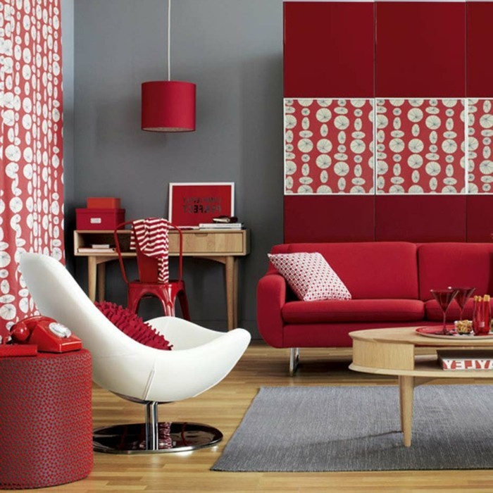 wohnideen wohnzimmer grauer teppich wände rote möbel
