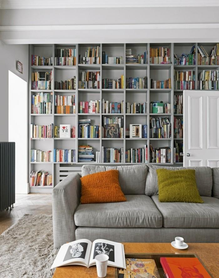 wohnideen wohnzimmer graues sofa bibliothek
