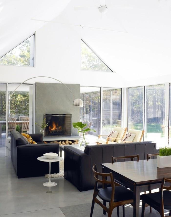 wohnideen wohnzimmer kamin schwarze möbel pflanzen