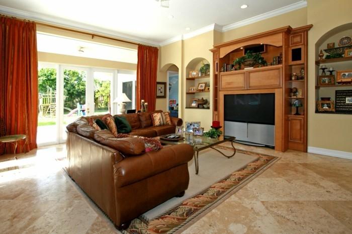 wohnideen wohnzimmer ledersofa farbige gardinen fernseher