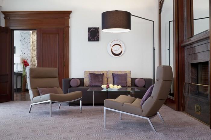 wohnideen wohnzimmer schöner teppich schicke dekokissen lila akzente