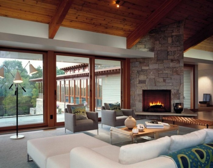 wohnideen wohnzimmer weiße möbel kamin panoramafenster holz zimmerdecke