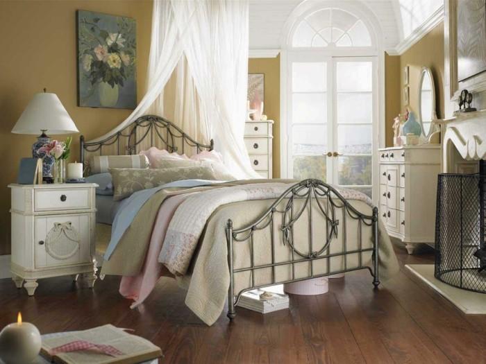 wohnungseinrichtung boho stil schlafzimmer metallbett nachtkonsole kommode weiße möbel