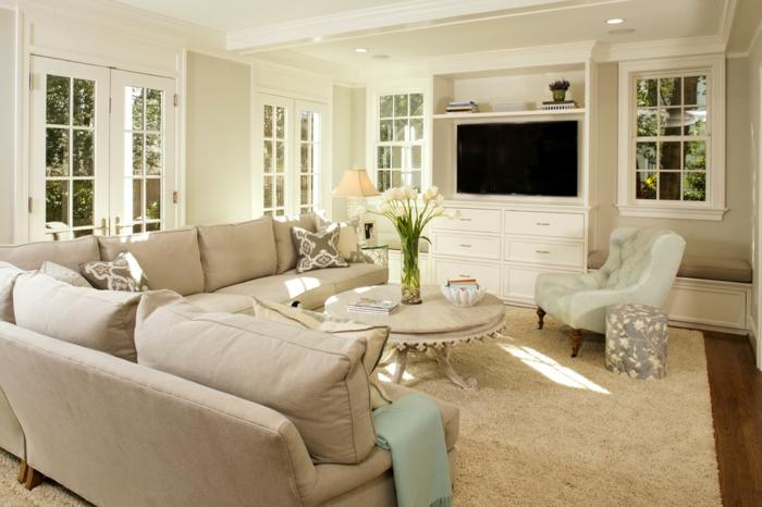 wohnzimmer beige geräumig blumendeko helle wände