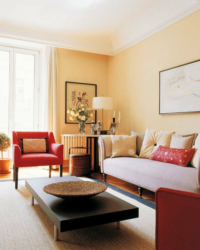 Wohnzimmer Beige Rote Sessel Minimalistischer Couchtisch