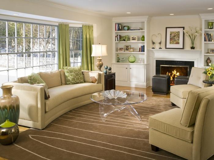 Wohnzimmer Beige Stilvoller Teppich Grüne Gardinen Cooler Couchtisch