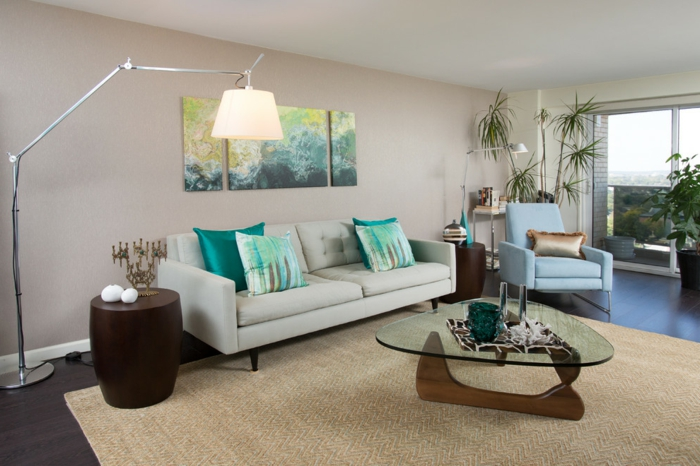 wohnzimmer beige wände moderner couchtisch grüne akzente