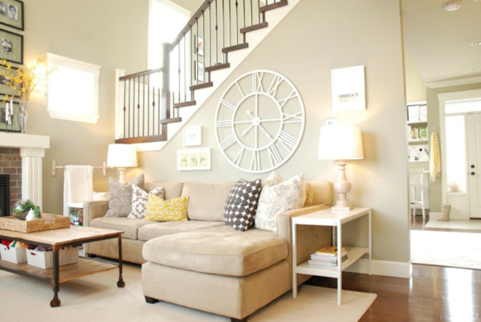wohnzimmer beige wanduhr ecksofa offener wohnplan