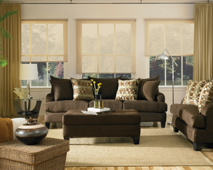 wohnzimmer braun braune möbel sisalteppich pflanzen helle gardinen