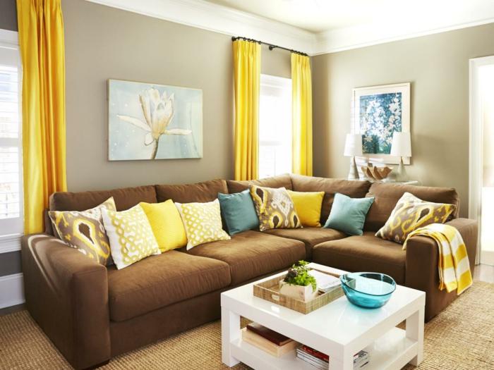 wohnzimmer braun braunes sofa beige wände gelbe gardinen