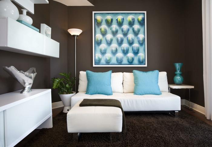 wohnzimmer braun weiße möbel braune wände hellblaue dekokissen