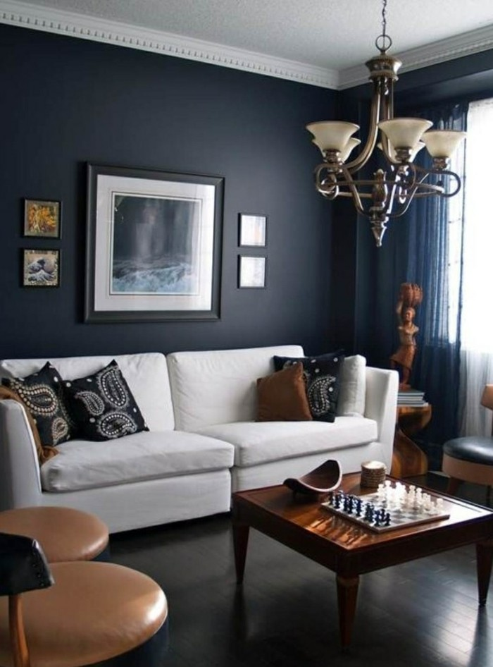 wohnzimmer grau dunkegraue wände weißes sofa