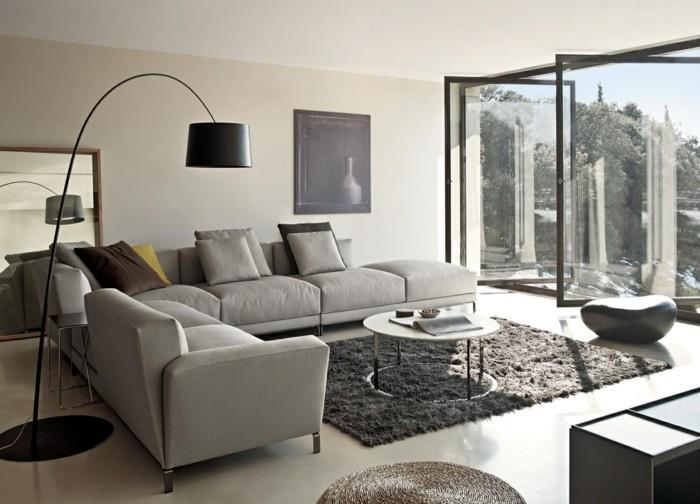 wohnzimmer grau dunkler teppich helle möbel stehlampe