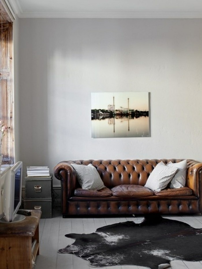 wohnzimmer grau hellgraue wände braunes ledersofa