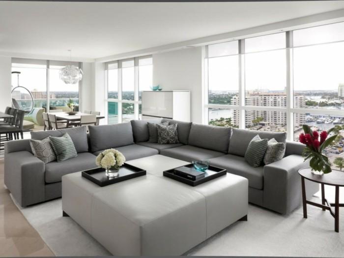 wohnzimmer grau möbel blumen weißer teppich