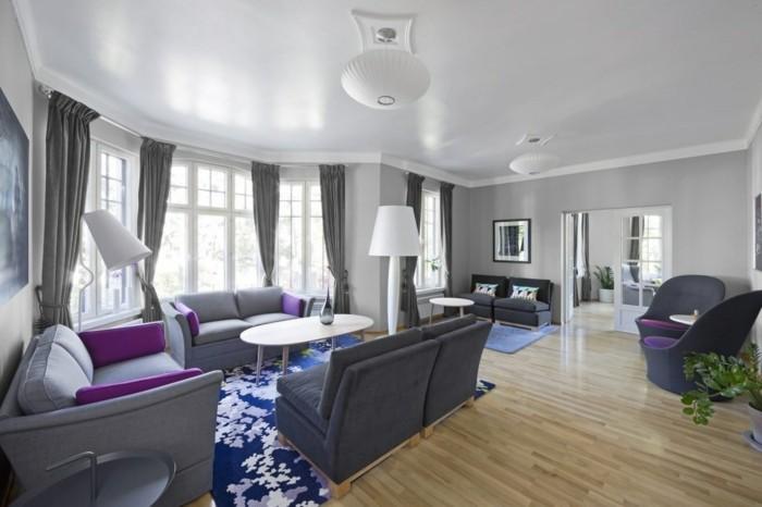 wohnzimmer grau mit farbigem teppich ud grauen möbelstücken