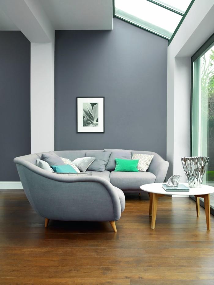 wohnzimmer beige grau:wohnzimmer grau graue wände schickes sofa holzboden