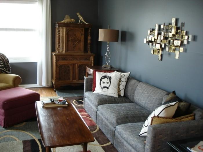 wohnzimmer grau weiße wände dekokissen farbiger teppich