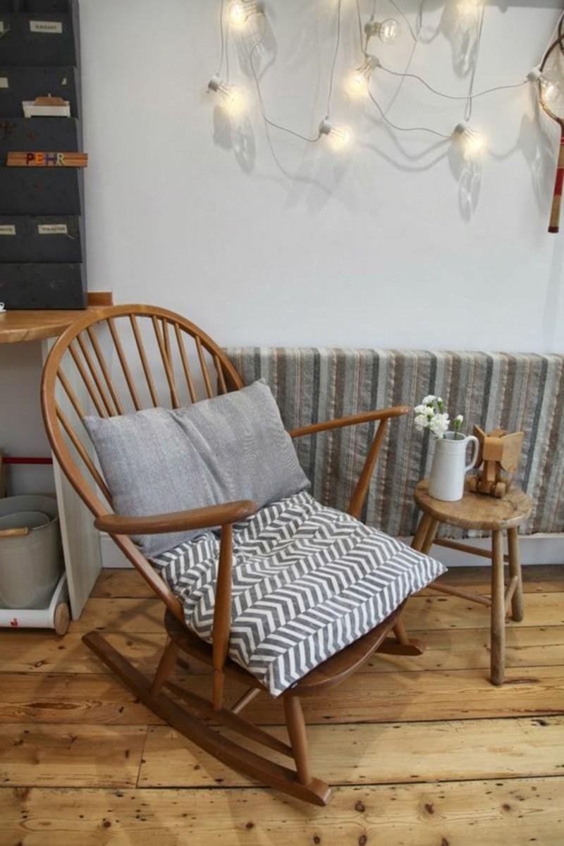Schaukelstühle Holz Kissen Wohnzimmer gestalten
