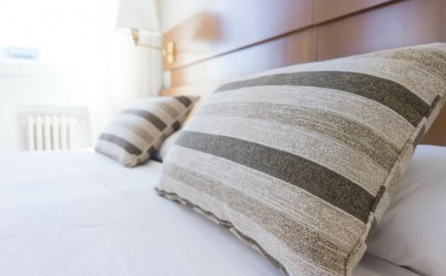 Schlafzimmer-Trends-Einrichtungsideen-Kissenbezüge-Streifen