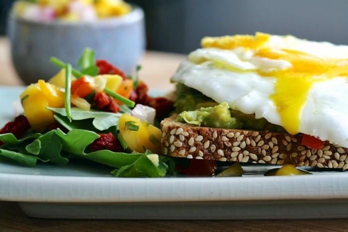 bauchfett averlieren gesundes frühstück gemüse ei vollkornbrot rucola