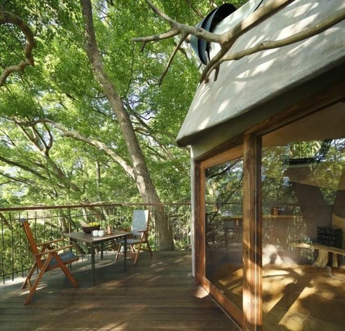 baumhaus bauen japan terrasse holzdielen esstisch stühle balkonmöbel