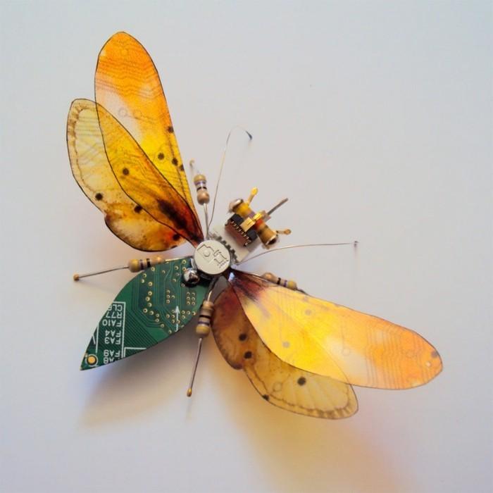 computerteile upcycling gelbe flügel insekten kunst