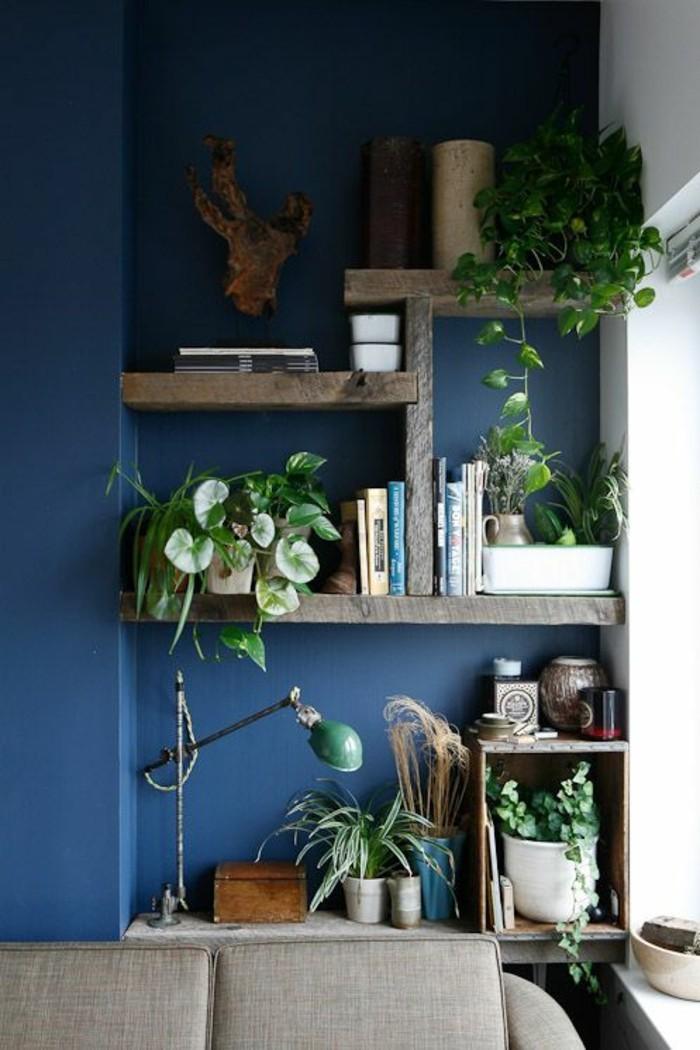 deko bücher offene wandregale blaue wand