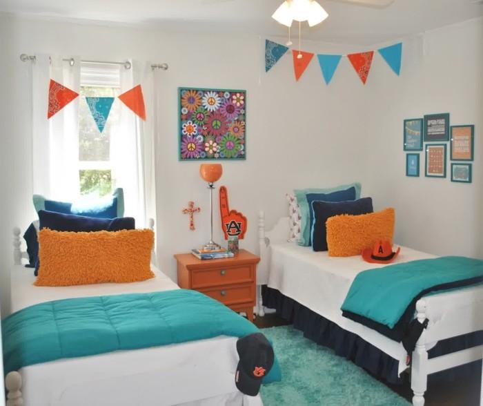 deko ideen kinderzimmer jungen helle wände blaue orange dekokissen blauer teppich kleiner raum