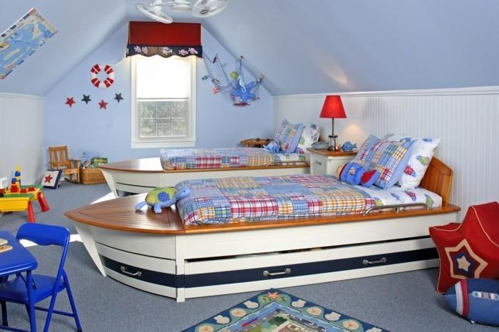 deko ideen kinderzimmer jungenzimmer blaue wände ausgafellene betten