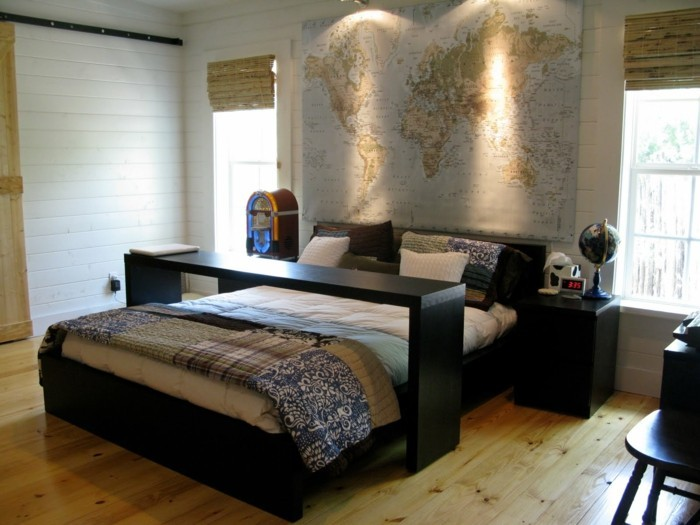deko ideen schlafzimmer akzentwand weltkarte holzboden schwarze möbel