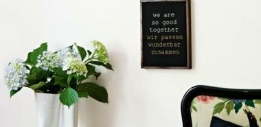 deko-ideen-schlafzimmer-pflanzen-coole-blumenvase-schöne-bettwäsche