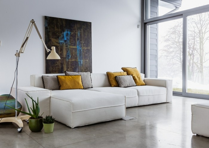 dekoideen wohnzimmer wandbild weißes ecksofa hellgraue bodenfliesen pflanzen