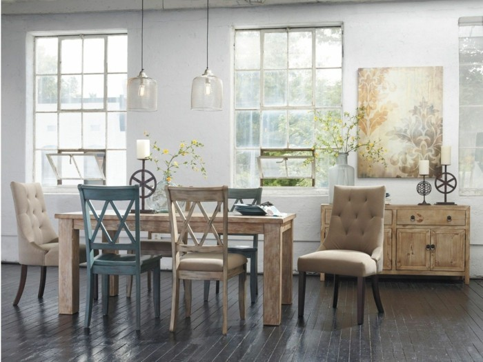 esszimmer einrichten holztisch unterschiedliche stühle hängelampen