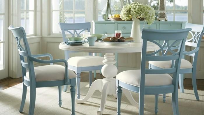 esszimmer landhausstil runder holztisch hellblaue stühle