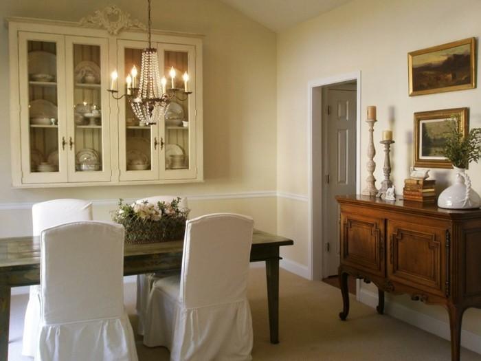 esszimmer landhausstil holztisch weiße stühle leuchter tischdeko