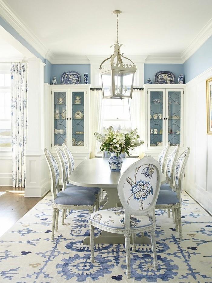 esszimmer landhausstil schöner teppich hellblaue wände