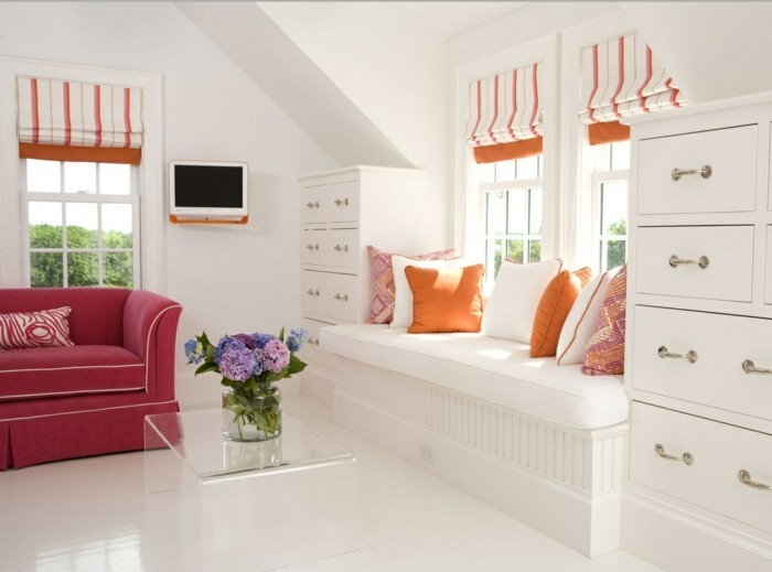 fensterbank wohnideen wohnzimmer dekokissen weißer boden blumen